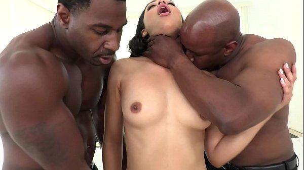 Culos porno, estos negros se follan a esta morena salvajemente por el culo!