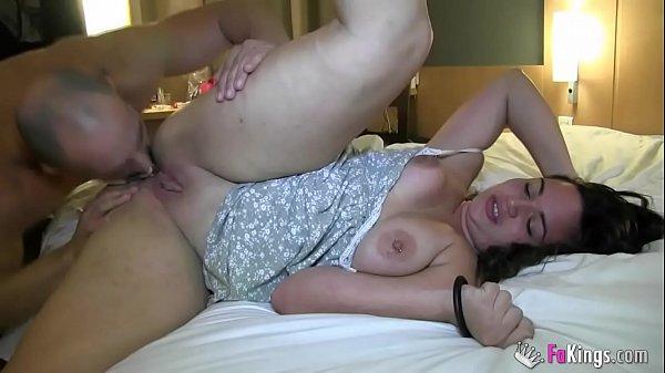 Haciendo algunas escenas de porno espñol con una gordita, me la follo por el culo y le encanta!