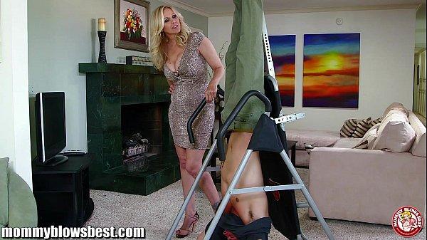 Julia Ann en una porno de maduras