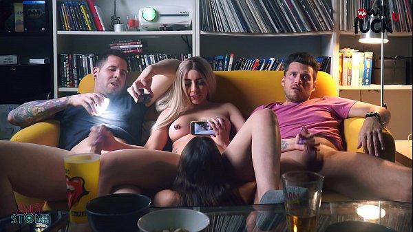 Tetona xxx, nuestras amigas se ponen cachondas en plena película y terminamos follando!