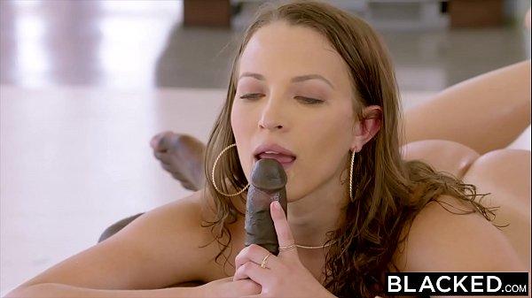 chicas mamandola verga negra saboreando y sintiendo el sabor